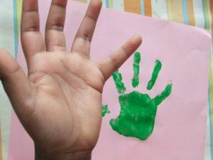 Kinder Hand